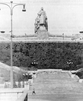 Varia-old_Stalinmonument1