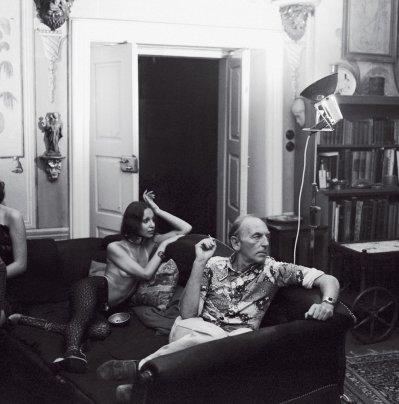 Jiří Mucha op de sofa met meisjes. Foto: Antonín Nový