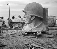 Stalinbeeld, gehouwen granieten soldatenkop