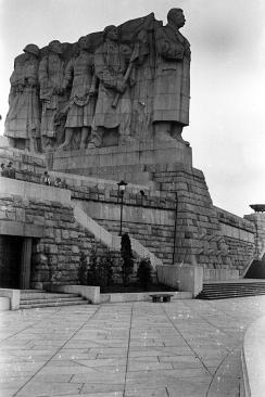Stalinbeeld, 15 m hoog op een 15 m hoge sokkel
