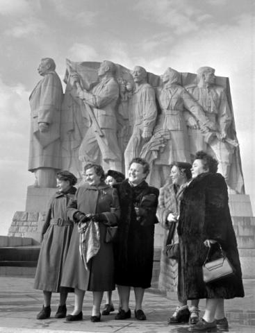 Stalinbeeld, oostzijde