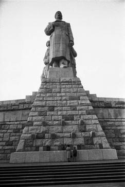 Stalinbeeld, voorzijde, Stalin in typische schurkenpose
