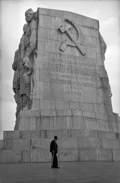 Stalinbeeld, achterzijde