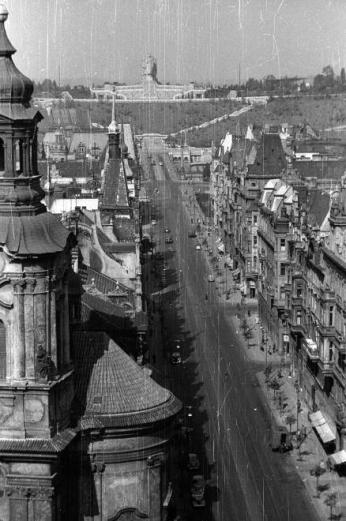 Stalinbeeld eind jaren vijftig vanuit de Parijsstraat. Hotel Intercontinental staat er nog niet.