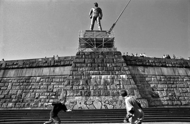 Letná Michael JACKSON - socha pomník, instalace---Michael JACKSON, statue